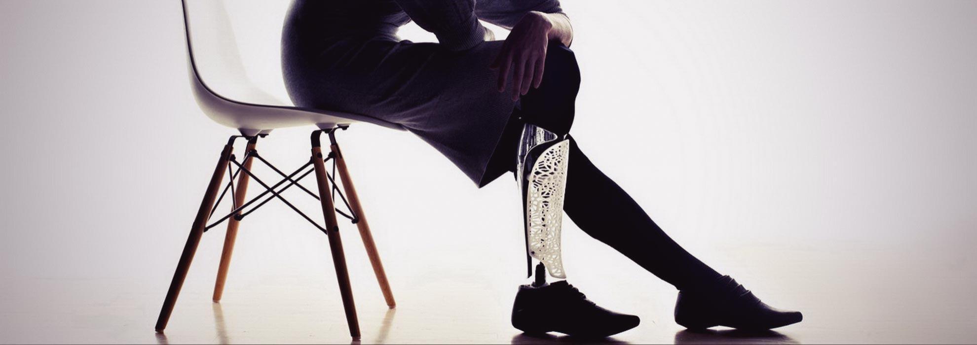 Стильный дизайнерский протез ноги напечатанный на 3Д принтере