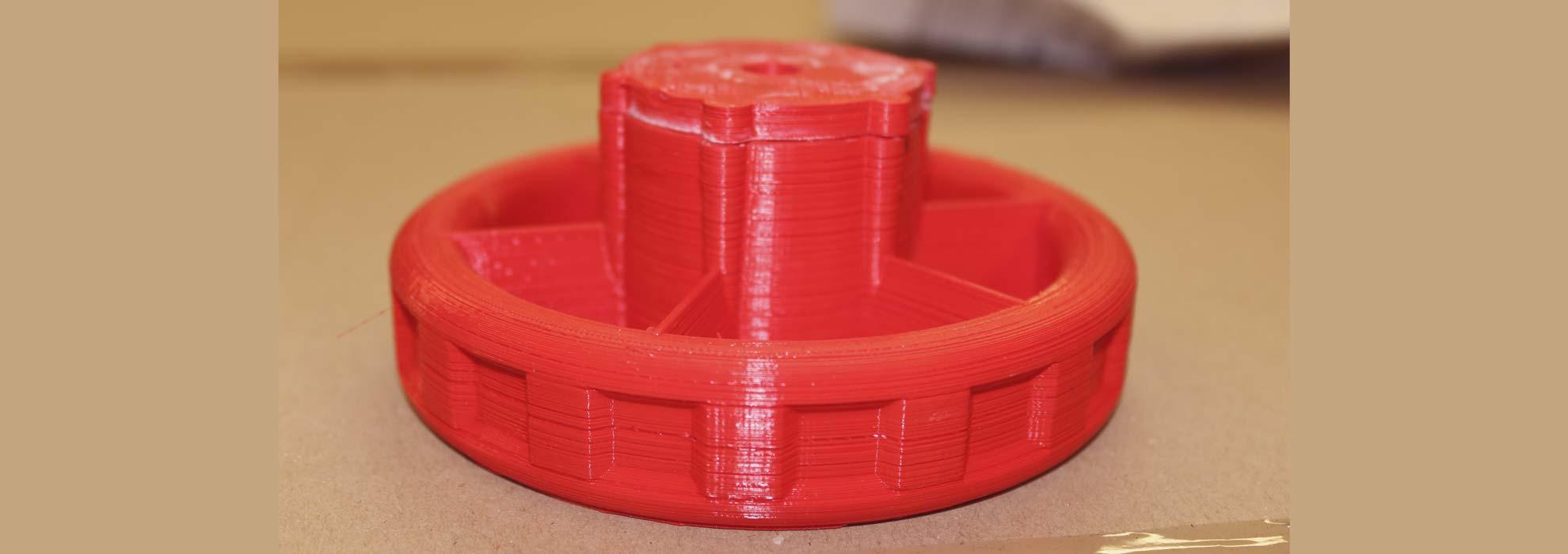 Круглая деталь из красного полимера